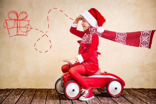 Kindrit in rode kerstauto. kerst vakantie concept