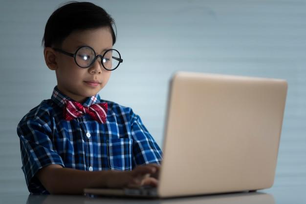 Kindstudenten die met laptop, onderwijsconcept bestuderen
