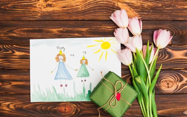 Kindtekening van koningin en prinses met bloemen en geschenkdoos