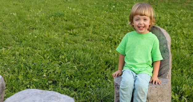 Kindzitting op steenstoel in park