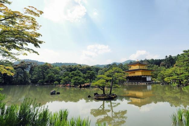 Kinkakuji-tempel het gouden paviljoen in kyoto, japan