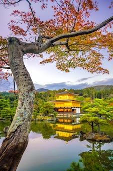 Kinkakuji-tempel in kyoto, japan in de herfst bij zonsondergang
