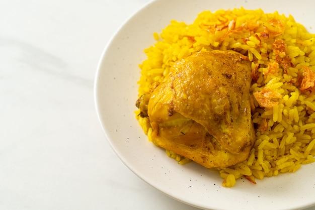 Kip biryani of curry rijst en kip