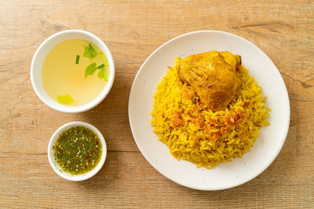 Kip biryani of kerrie rijst en kip - thais-islamitische versie van indiase biryani, met geurige gele rijst en kip - islamitische eetstijl