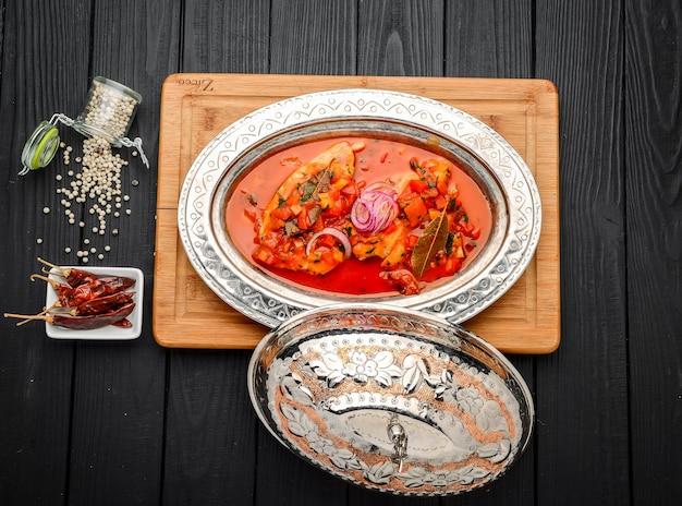 Kip cacciatore. gestoofde kip met champignons, tomaten en rucola.