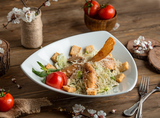 Kip ceasar salade op de tafel