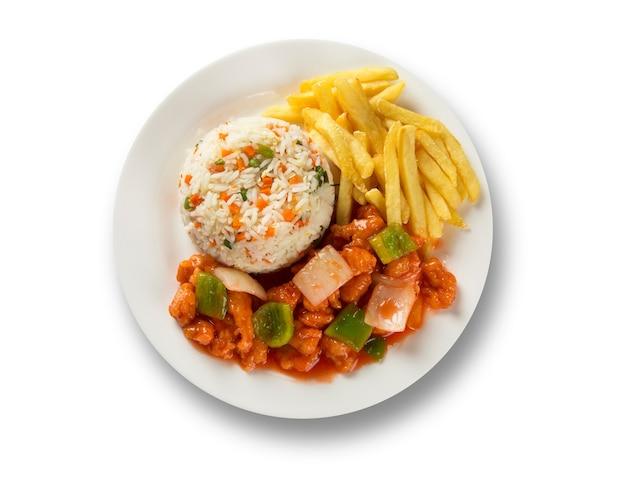 Kip chow mein een populair oosters gerecht verkrijgbaar bij chinese afhaalrestaurants. chinees eten.