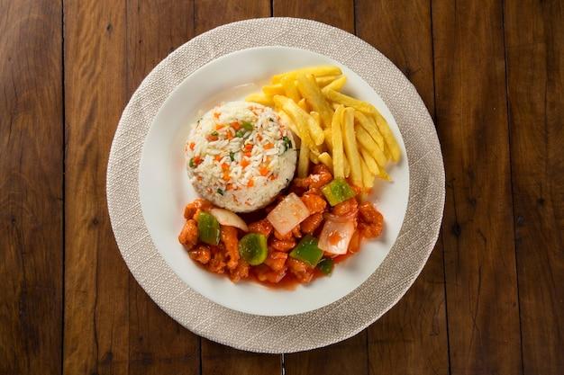 Kip chow mein een populair oosters gerecht verkrijgbaar bij chinese afhaalrestaurants.