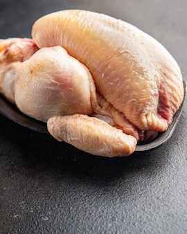 Kip coquelet rauwe hele kip cocle vlees gevogelte klaar om te bakken of koken verse portie