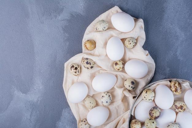 Kip en kwarteleitjes op de grond