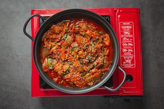 Kip gebakken in hete pot met pikante saus in koreaanse stijl