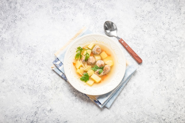 Kip gehaktballetjes soep