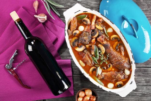 Kip gestoofd in rode wijn met kruiden en specerijen