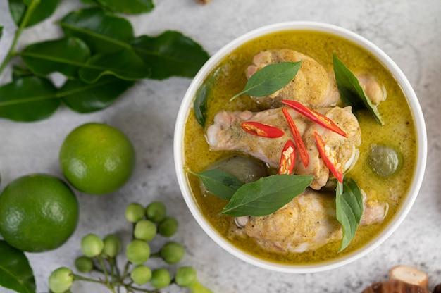 Kip groene curry in een kom.