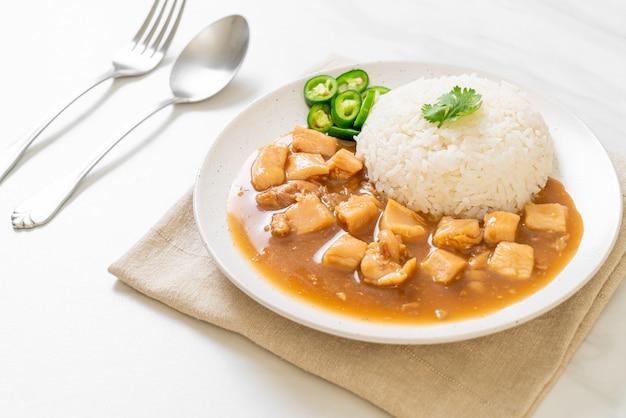 Kip in bruine saus of jus saus met rijst