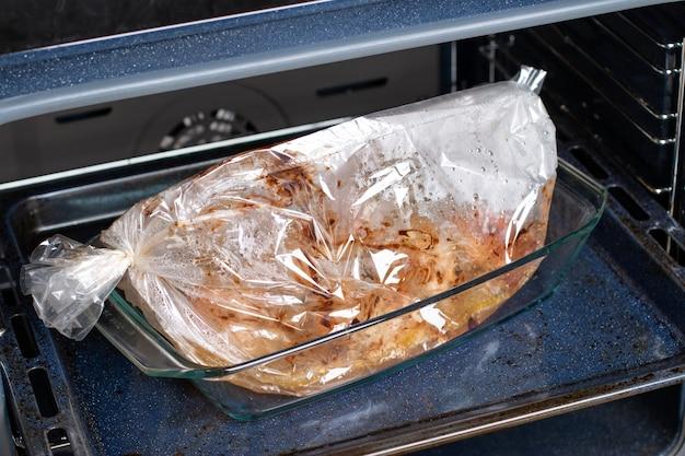 Kip in ovenzak op bakplaat thuis in een oven koken