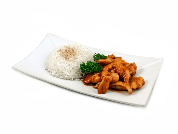 Kip in zoetzure saus met rijst op witte achtergrond