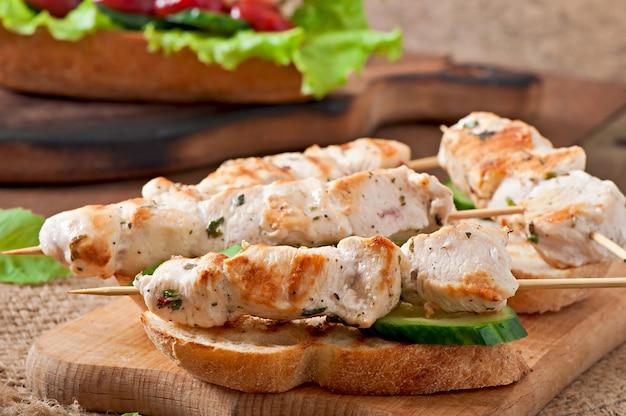 Kip kebab op spiesjes met toast