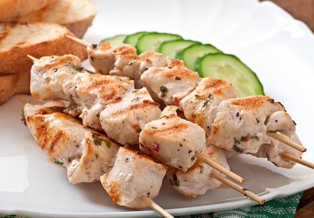 Kip kebabs op spiesjes met toost