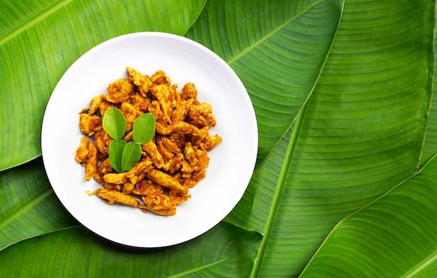 Kip met gele currypasta op bananenbladeren. thais eten
