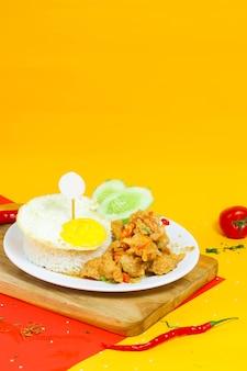 Kip met gezouten ei en beef eye ei op een kleurrijke achtergrond