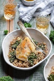 Kip met quinoa en cale met wijnsaus