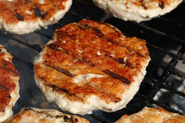 Kip- of kalkoenburgers voor hamburger op de grill