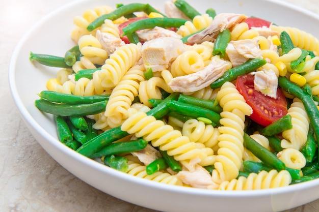 Kip pastasalade met sperziebonen en maïs