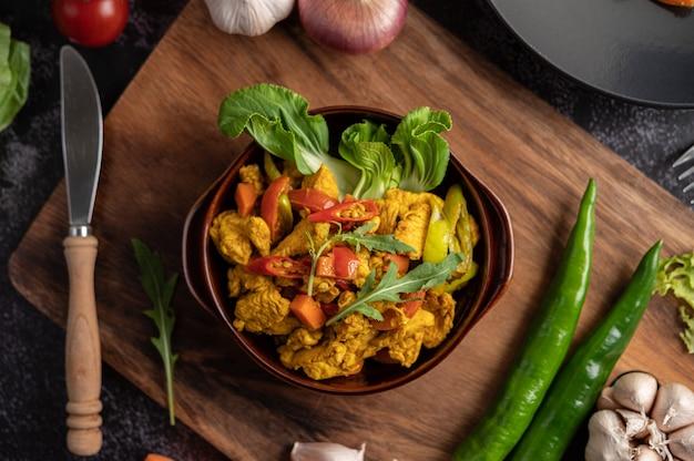 Kip roergebakken chili samen met paprika, tomaten en wortelen
