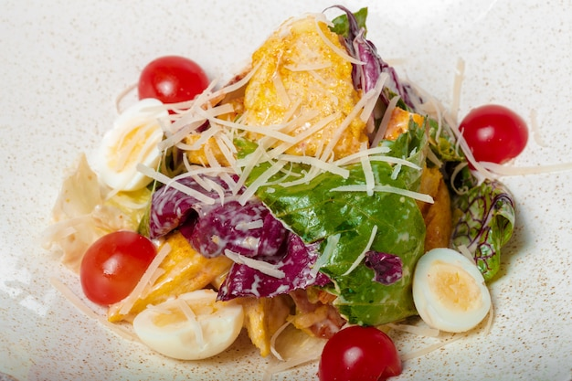 Kip salade. kip caesar salade. caesarsalade met gegrilde kip op plaat