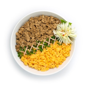 Kip soboro don met ei omelet lente uien japans eten traditionele rijstkom