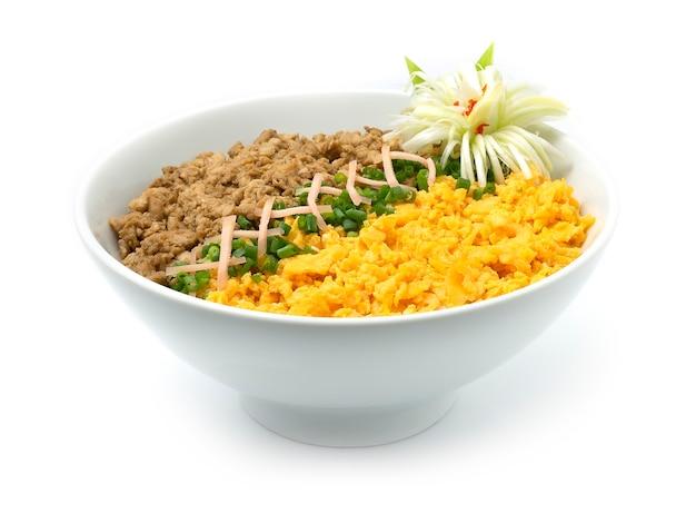 Kip soboro don met ei omelet lente uien