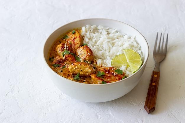 Kip tikka masala curry met rijst, kruiden en paprika. indiaans eten. nationale keuken.