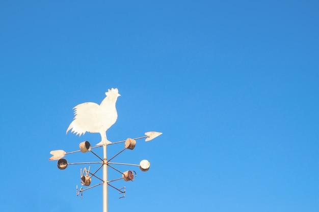 Kip windmolen met blauwe hemel