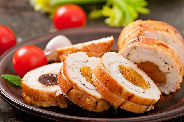 Kipbroodje met gedroogde pruimen en gedroogde abrikozen