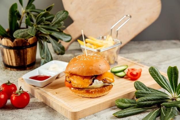 Kipburger met cheddarsla en tomaat