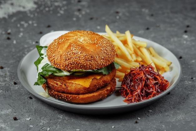 Kipburger met frietjes