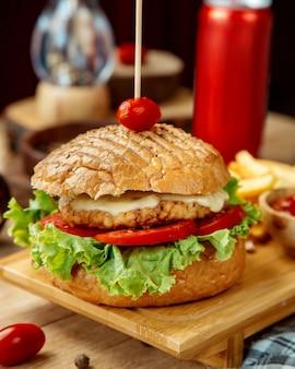 Kipburger met tomaat in krokant brood