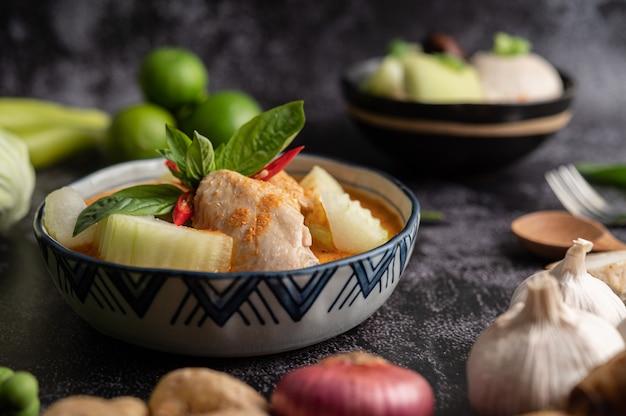 Kipcurry met wintermeloen, met champignons, knoflook, chili en basilicum