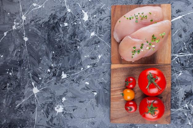 Kipfilet en tomaten op een bord, in het blauw.