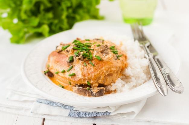 Kipfilet gebakken in romige champignonsaus over rijst