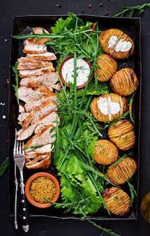 Kipfilet gekookt op een grill met een garnituur van gebakken aardappelen