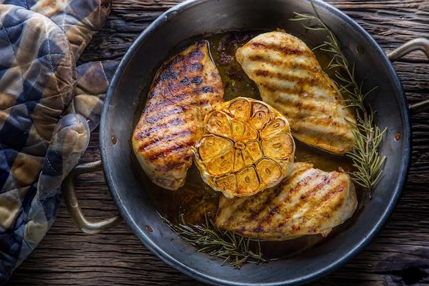 Kipfilet grillen. geroosterde en gegrilde kipfilet met slasalade, tomaten en champignons.