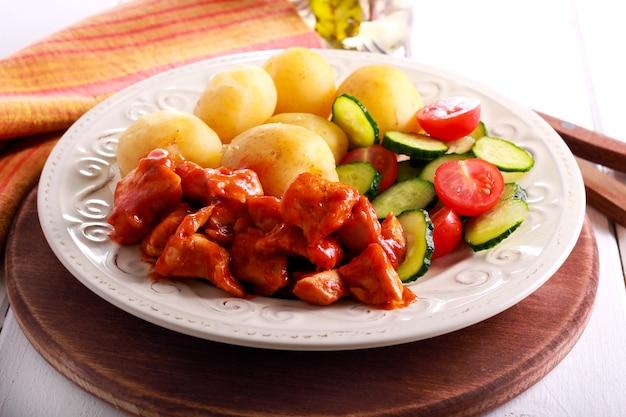 Kipfilet in tomatensaus met aardappel en groenten