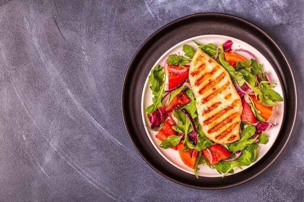 Kipfilet met frisse salade, bovenaanzicht.