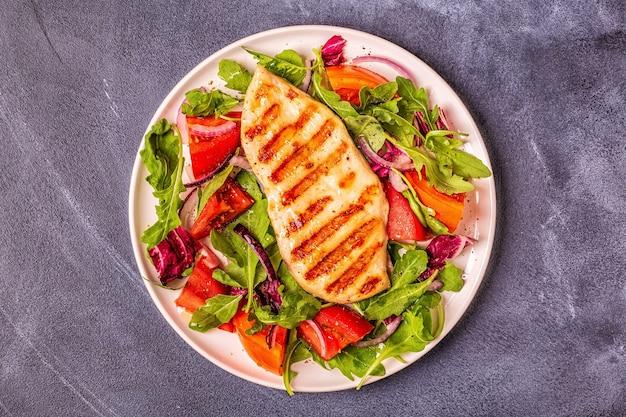 Kipfilet met verse salade, bovenaanzicht.