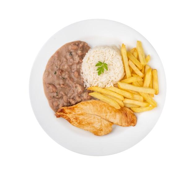 Kipfilet, rijst, bonen en frietjes. typische braziliaanse uitvoerende schotel die over witte achtergrond wordt geïsoleerd.