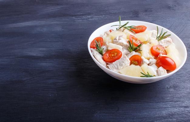 Kipfilet salade met rozemarijn, ananas en cherry tomaten