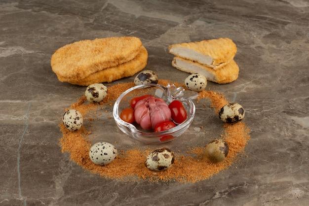 Kipnuggets en kwarteleitjes met kruimels.