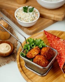 Kipnuggets in beslag op een houten bord